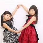 手牵着手的两个亚洲女孩 — 图库照片