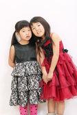 Twee aziatische meisjes hand in hand — Stockfoto