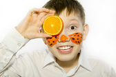Boy with orange slices — Foto de Stock