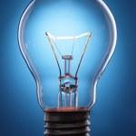 lâmpada incandescente em fundo preto — Foto Stock