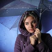 Bevroren meisje in de regen — Stockfoto