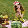 Girl with fruit in park — Stockfoto
