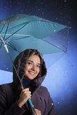 Gelukkig meisje in de regen — Stockfoto
