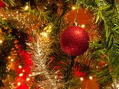 Güzel parlak kırmızı noel süs biblo — Stok fotoğraf