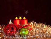 две рождественские украшения с зажженными свечами на фоне — Стоковое фото