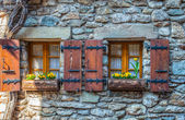 Yvoire, Frankrike - medeltida windows — Stockfoto