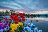 Lever du soleil, des fleurs et des bateaux — Photo