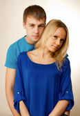 Ritratto di una bella coppia giovane in piedi insieme — Foto Stock