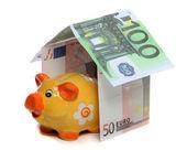 Maison de l'argent européen et tirelire — Photo