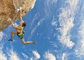 Escalador de roca colgando. — Foto de Stock