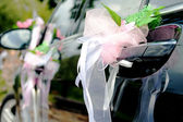 花で飾られた結婚式の車 — ストック写真