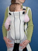 Mother keeps the kid in a baby sling — Stock Photo