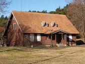 クライペダ、リトアニア kurshsky に唾を吐きかける農村の家 — ストック写真