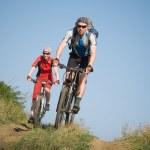 dwaj rowerzyści jazda na rowerze — Zdjęcie stockowe