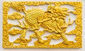золотой дракон возглавлял единорог ремесло на стене — Стоковое фото