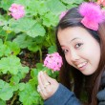 Asian woman picking hydrangea — Stock Photo