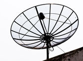 параболические спутниковую антенну на крыше изолированные — Стоковое фото