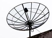 抛物型卫星天线孤立的屋顶上 — 图库照片