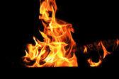 Bild mit roter flamme auf dem schwarzen hintergrund — Stockfoto