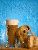 ガラス上の浅い自由度雨ウィンドウの背後にバニーとコーヒー カフェラテ — ストック写真