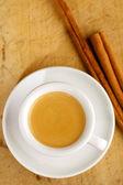 Espressokoffie in dikke witte kop met kaneel stokken, op woo — Stockfoto