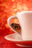 Festivo taza de bebida caliente con canela y oro rojo bg — Foto de Stock