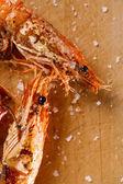 A la parrilla camarones langostinos con escamas de sal en la madera, macro — Foto de Stock