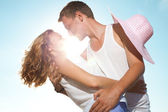 Kiss under the sun — Stock Photo