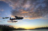 яркие красочные закат над спокойствие рыбалки озеро с отражениями — Стоковое фото
