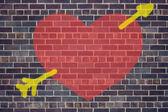 Valentine's Day heart and arrow graffiti on brick wall backgroun — Zdjęcie stockowe