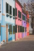 Brilhante casas na ilha de burano: azul, rosa, violeta, vermelho — Fotografia Stock
