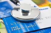 Kredi kartları ile bir stetoskop — Stok fotoğraf