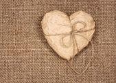 Kağıt kalp üzerinde bir çuval bezi — Stok fotoğraf