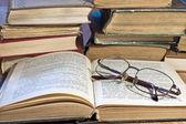 パイルの古い本とメガネ — ストック写真
