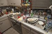 Platos sucios amontonados en el fregadero — Foto de Stock