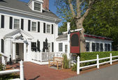 Colonial country inn entrance — Stock Photo