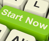 Iniziare ora chiave significato iniziare immediatamente su internet — Foto Stock