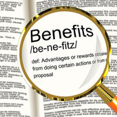 福利定义放大镜显示奖金补贴或奖励 — 图库照片