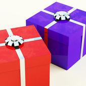 Czerwony i niebieski pudełka z srebrne taśmy jako prezenty dla niego — Zdjęcie stockowe