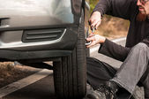 Young man repairing car — Stockfoto