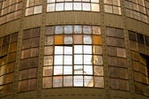 Antigua nave industrial con reflexión y ventanas — Foto de Stock
