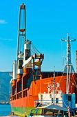 большой транспорт лодки в бухте против голубого неба — Стоковое фото