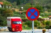 Araba arka plan ile trafik işaretleri — Stok fotoğraf