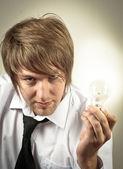 Bell'uomo e lampadina — Foto Stock