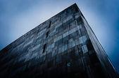 Abstracte driehoekige gebouw — Stockfoto