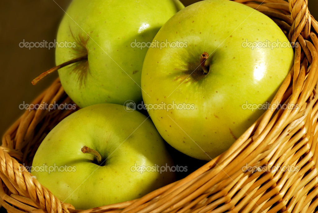 Green apple in bascket — Stock Photo #10206743
