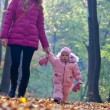 Baby mit Mutter im park — Stockfoto