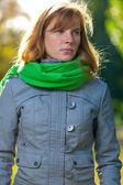 To je portrét krásné mladé ženy - venku — Stock fotografie