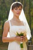красивая невеста с свадебный букет — Стоковое фото