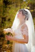 Krásná nevěsta s svatební kytice — Stock fotografie